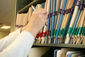 mujer obteniendo un archivo