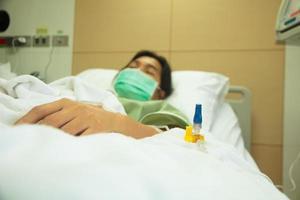 ziekenhuis patiënt met infuus - stock beeld