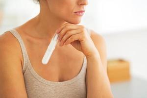 closeup na jovem mulher com teste de gravidez