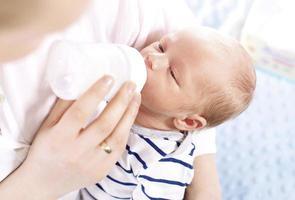 bebê alimentado com mamadeira