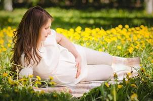 bella donna incinta nel parco