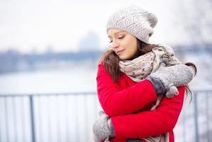 Retrato de invierno de hermosa mujer embarazada