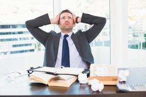 gestresster Geschäftsmann, der seinen Kopf nimmt