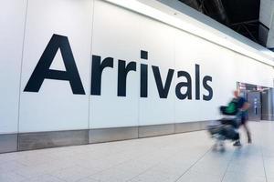 Desenfoque movimiento personas llegadas hora pico aeropuerto de Heathrow, Londres, Reino Unido