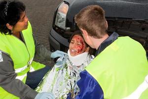 ayudando a los paramédicos