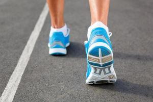 Primer plano del zapato de los corredores - concepto de ejecución. foto