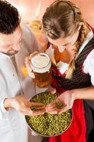 cervejeiro e mulher com copo de cerveja na cervejaria