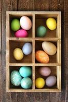 huevos de pascua decorados en una caja