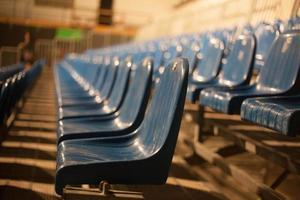 asientos vacíos de teatro azul foto