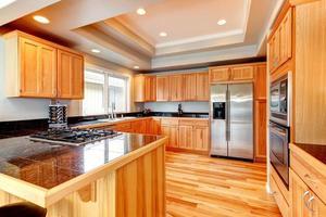 cozinha de madeira brilhante com teto caixão