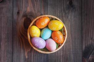 huevos de pascua en una canasta foto