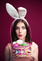 linda mujer joven con una canasta de huevos de pascua