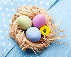 tres huevos de pascua en servilleta