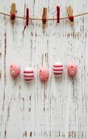 huevos de pascua colgando de una línea