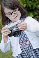 niña concentrando foto
