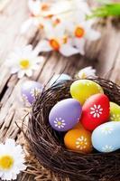 huevos de pascua en madera foto