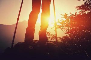 Wanderbeine Sonnenaufgang Berggipfel foto