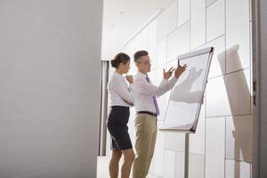 Empresario explicando la estrategia al compañero de trabajo en la oficina foto