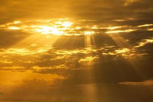 cielo del atardecer con rayos de luz foto