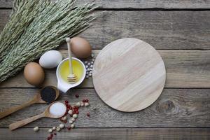 ingredientes alimenticios, utensilios de cocina para cocinar en madera backgr foto
