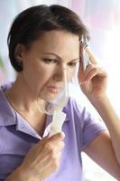 mujer joven haciendo inhalación foto