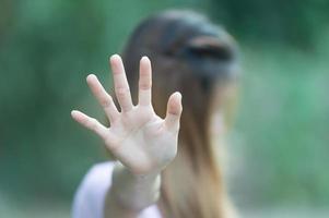 mujeres asiáticas mostrando parada gesto de la mano foto