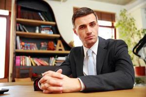 empresario sentado en la oficina