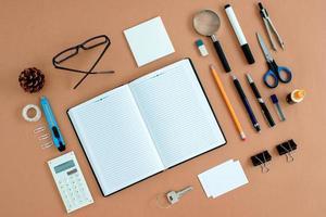 suministros de oficina perfectamente organizados alrededor del cuaderno