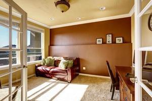 sala de escritório com sofá de couro vermelho