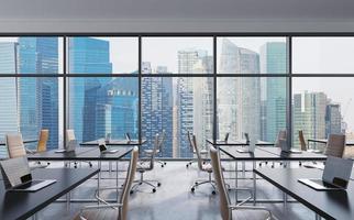 oficina panorámica moderna, vista a la ciudad de singapur desde las ventanas foto