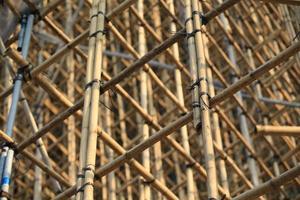 proyecto de andamios en el sitio de construcción de edificios de oficinas foto