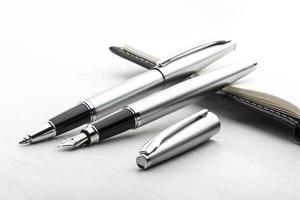 pluma estilográfica de plata y bolígrafo