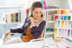 diseñador de moda trabajando en oficina foto
