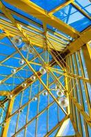 techo abstracto amarillo en oficina