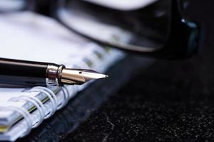 caneta-tinteiro e caderno