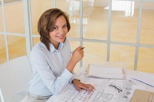 Porträt der selbstbewussten Geschäftsfrau, die im Büro lächelt