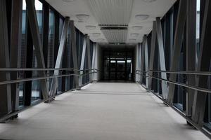 interior, o longo corredor de vidro e metal