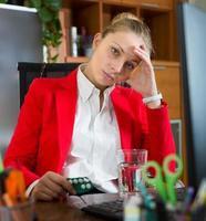 Chica con chimenea y pastillas en la oficina