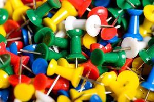 chinchetas multicolores foto