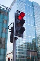 Semáforo en la ciudad, oficina de Canary Wharf, Londres