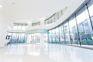 Interior de edificio de oficinas moderno futurista en ciudad urbana