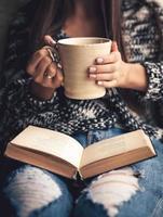Chica teniendo descanso con una taza de café recién hecho foto