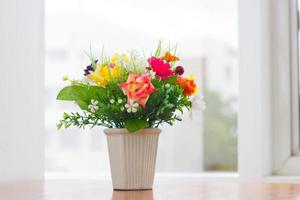 florero de flores artificiales
