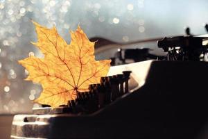 viejo concepto de máquina de escribir otoño