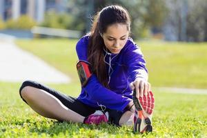 mujer joven estirando y preparando para correr