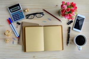 suministros de oficina y una taza de café en el escritorio, lugar de trabajo