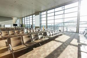 interior del corredor del aeropuerto foto
