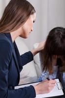 psychiatre essayant d'atteindre une femme malade