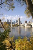 downtown Minneapolis vanaf de overkant van de rivier