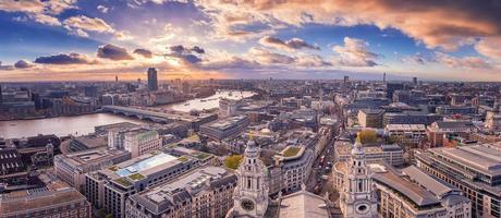 Vista panorámica del horizonte de Londres al atardecer con hermosas nubes foto